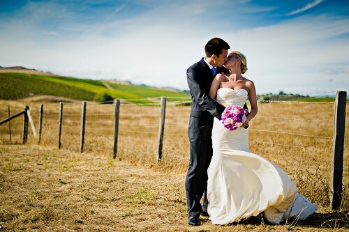 photographie de mariés à la campagne